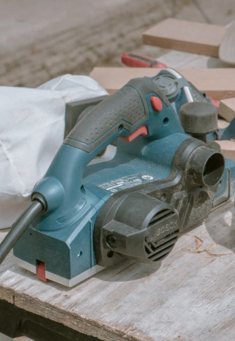 When choosing a straight line sander you have to keep a few things in your mind. You need a straight sander that comes with a dual-piston design, that has a speed of 3000 SPM, and that is durable. If you want to find a sander that ticks all these boxes then check our best straight sanders list.