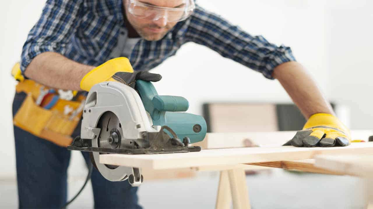 Before making curved cuts with a circular saw you need to set-up the blade. Setting-up the blade is an important step that determines the quality of the cut and the angle of the cut. Your circular saw should have a tilt level, if it doesn't then you have to invest in a new circular saw.